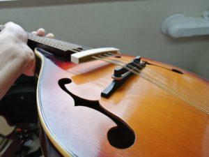 弱音器を弦に挟んだところ