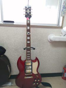 佐々木の愛用エレキギター。エピフォンというブランドで、SGというタイプのギターです。