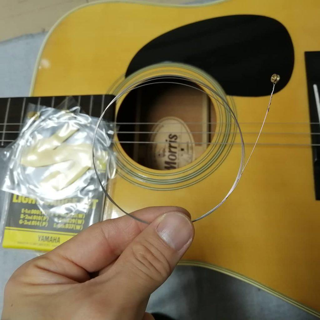 アコースティックギターにエレキギター用の弦を張っているときの画像