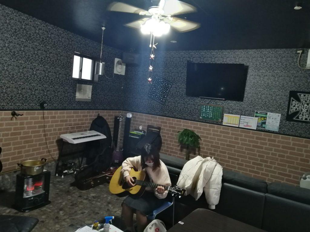 「肉飯屋ちいちゃん」内音楽スタジオにて
