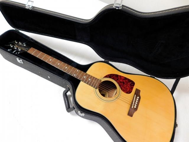 ハードケースに入っているアコースティックギター
