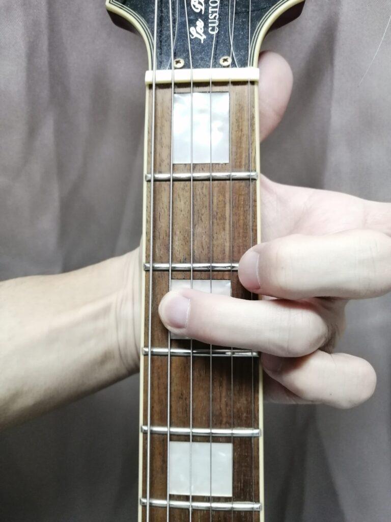 ギターの指板を押さえている様子