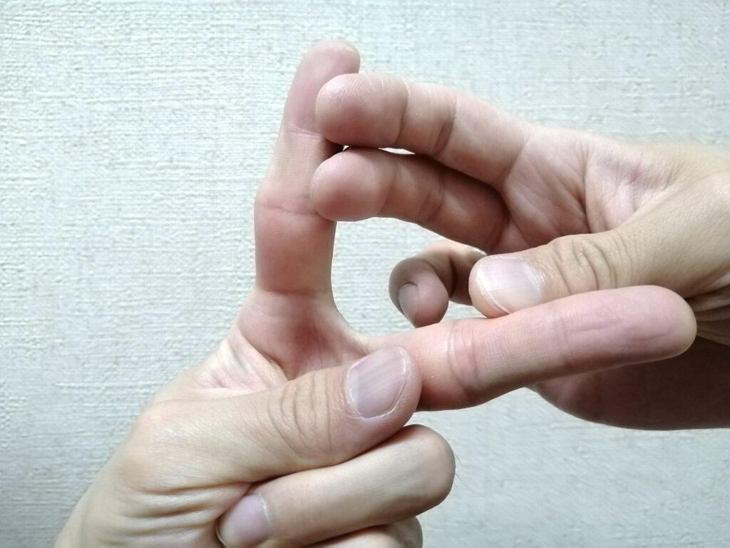 指を広げてストレッチをしている画像