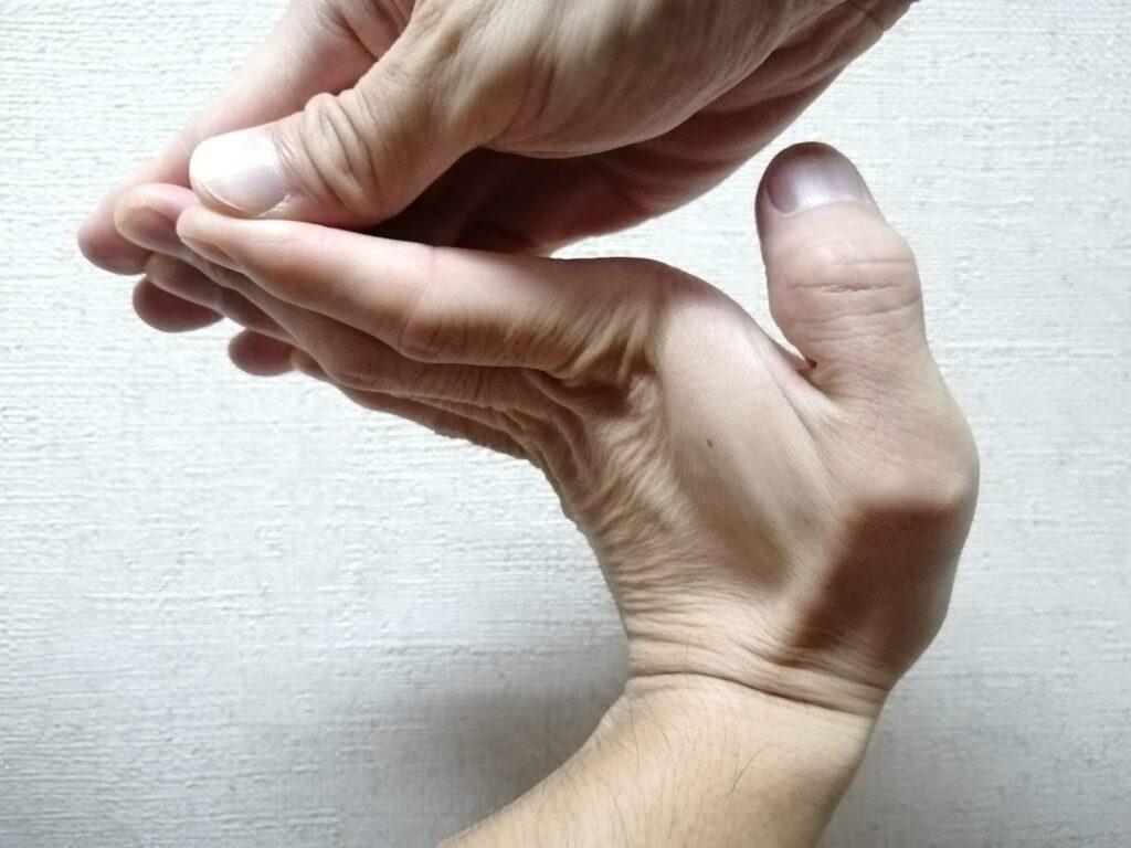 手指を反らせてストレッチをしている画像