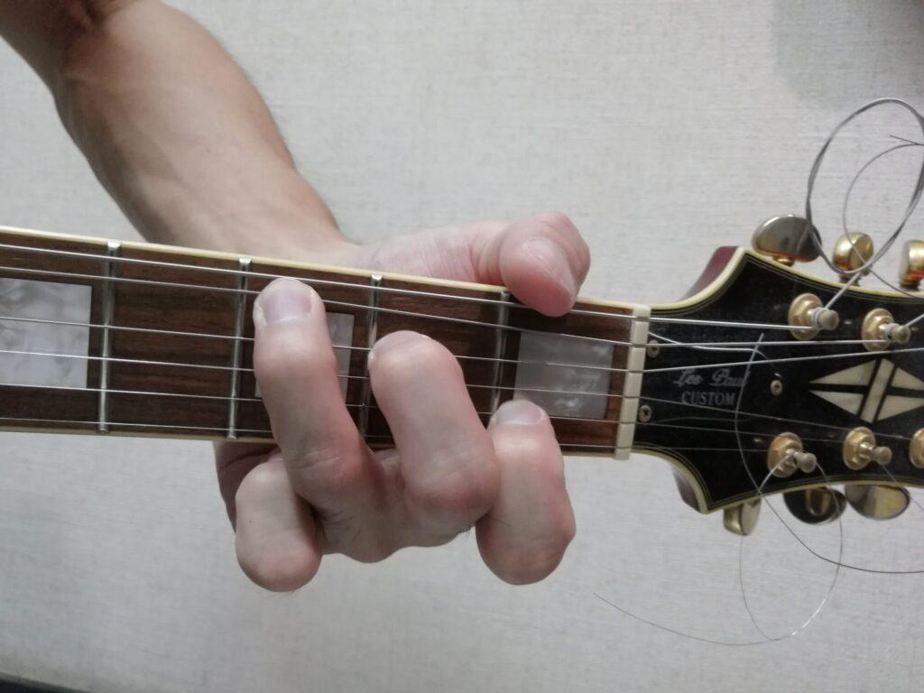 ギターのCコードを押さえている画像