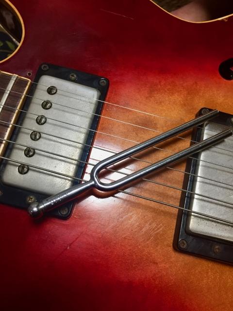 音叉とギターの画像