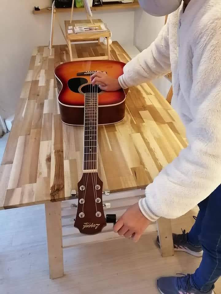 ギターの弦を交換しているところの画像