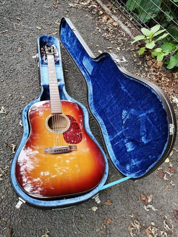 ハードケースに入ったK.Yairiのアコースティックギター