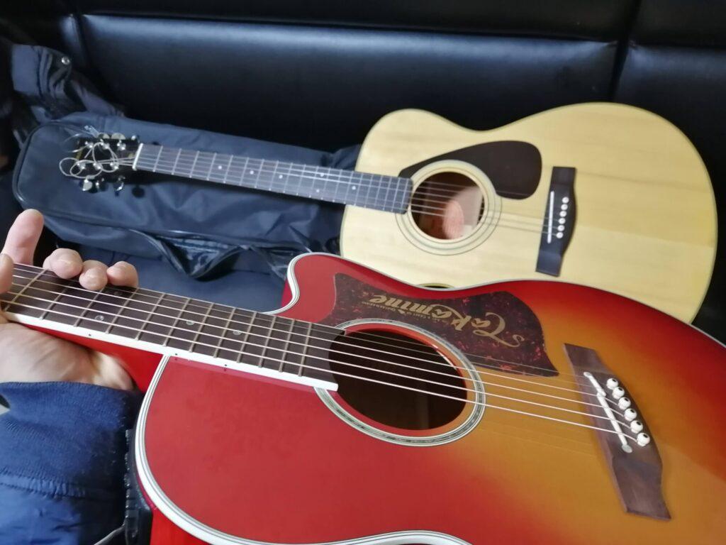 アコースティックギターを二本並べた画像