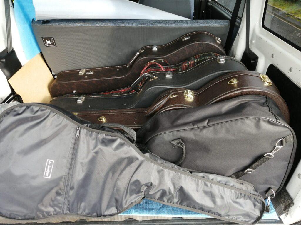 軽自動車に積まれた複数のギター