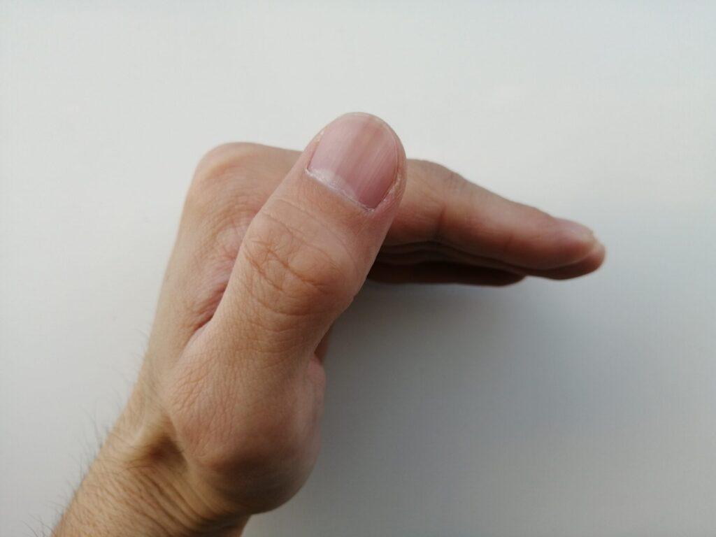 指を水平にした手を横から見た画像