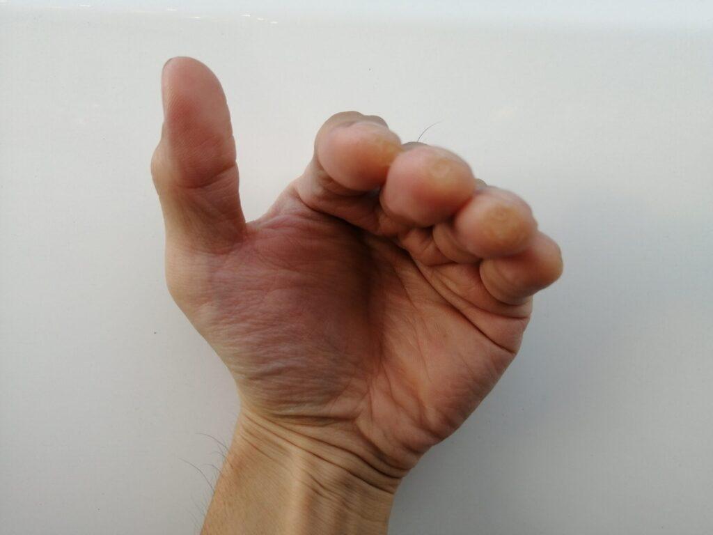 指を水平にした手を正面から見た画像