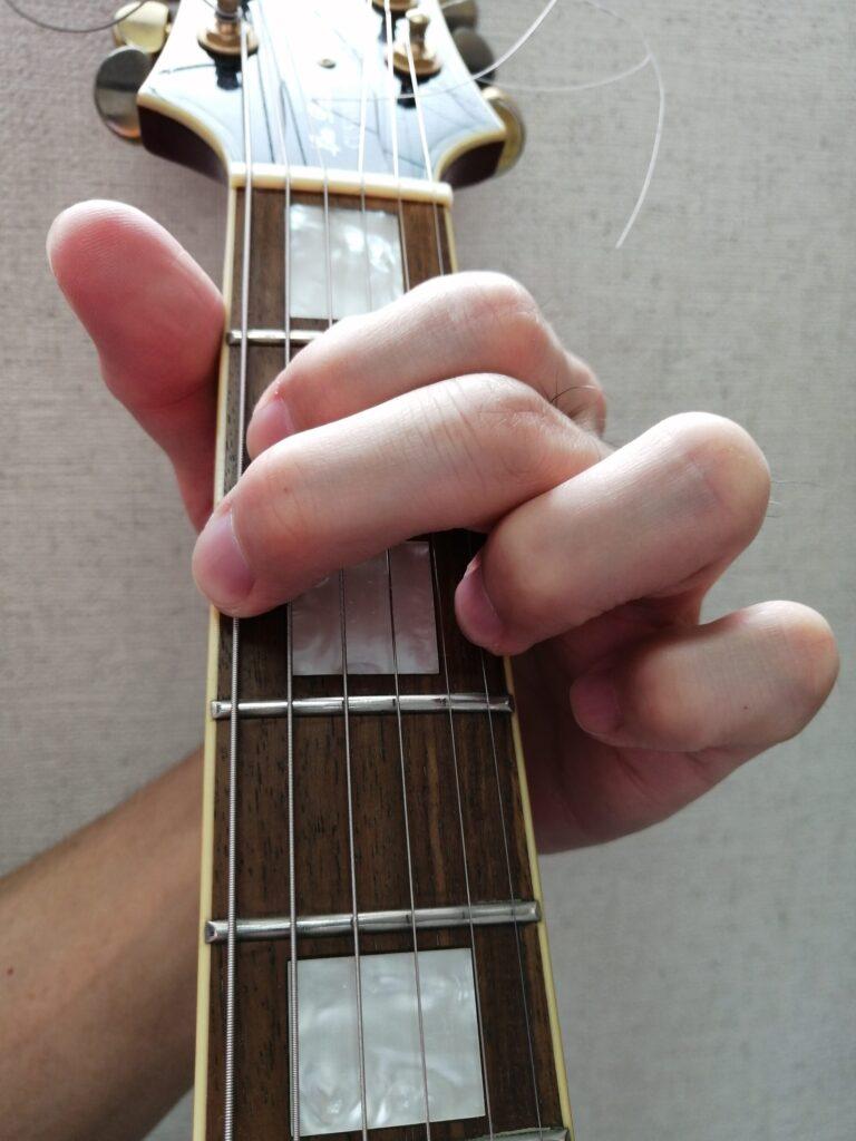 小指の代わりに薬指でギターの1弦3フレットを押さえたGコード