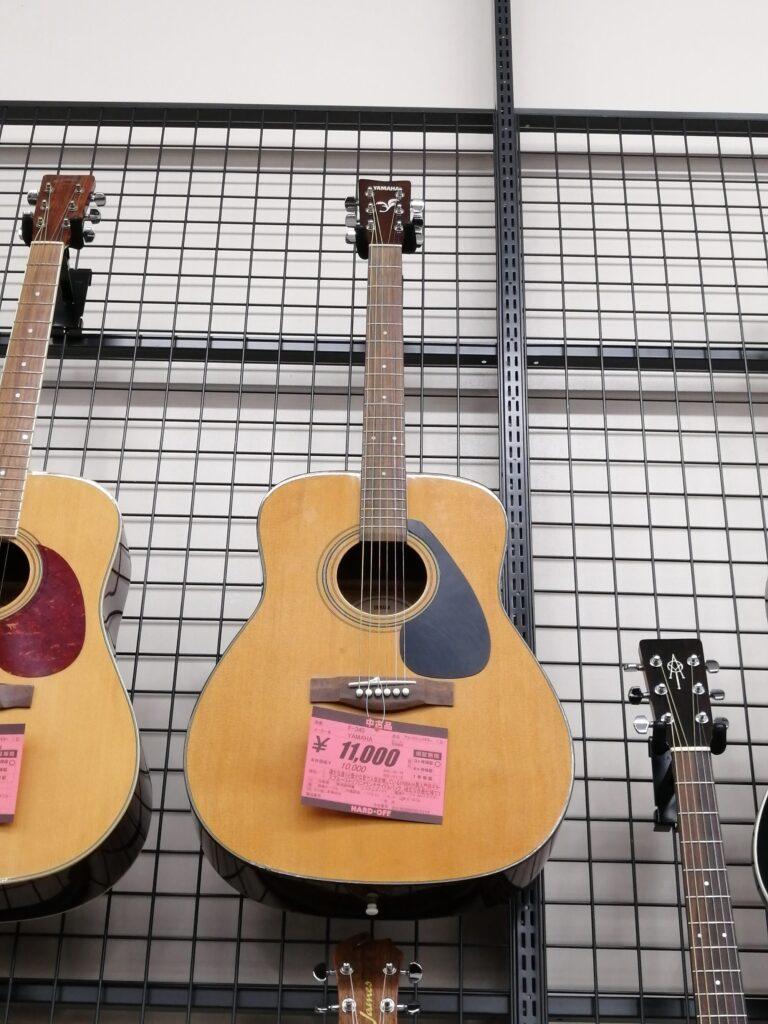 ハードオフ仙台荒井店のギター売り場で売られているYAMAHAのアコースティックギター