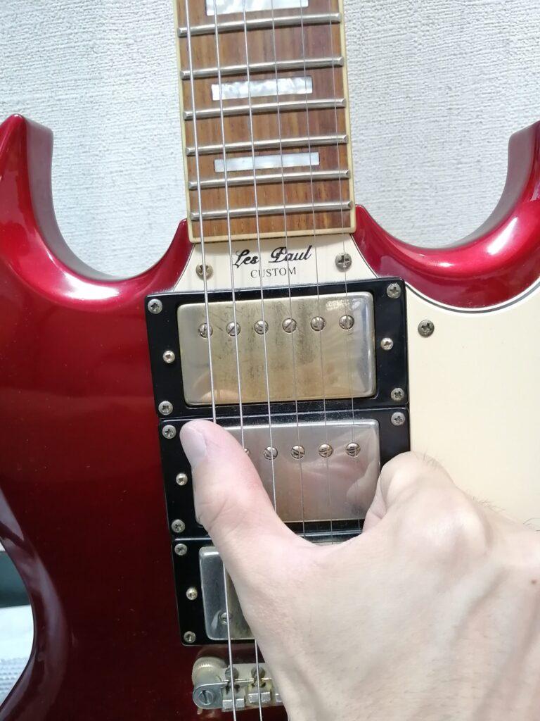 ギターを親指で弾くイメージ