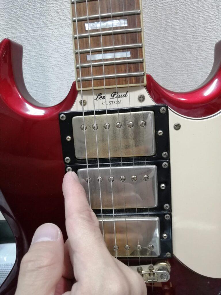 ギターを人差し指で弾くイメージ