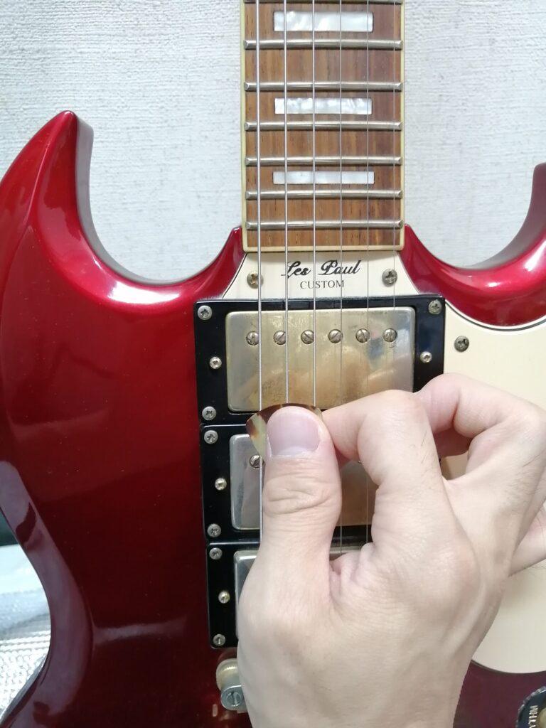 ピックでギターを6弦から弾くイメージ