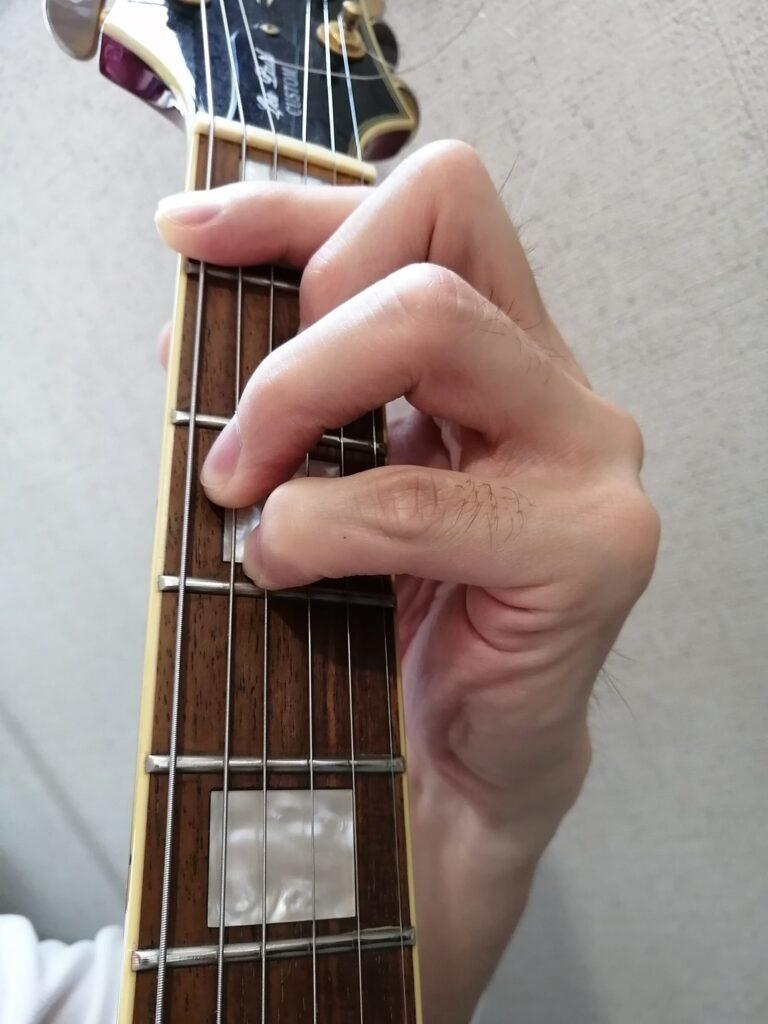 仙台入門ギター弾き語り倶楽部の講師佐々木のFコードを押さえている手