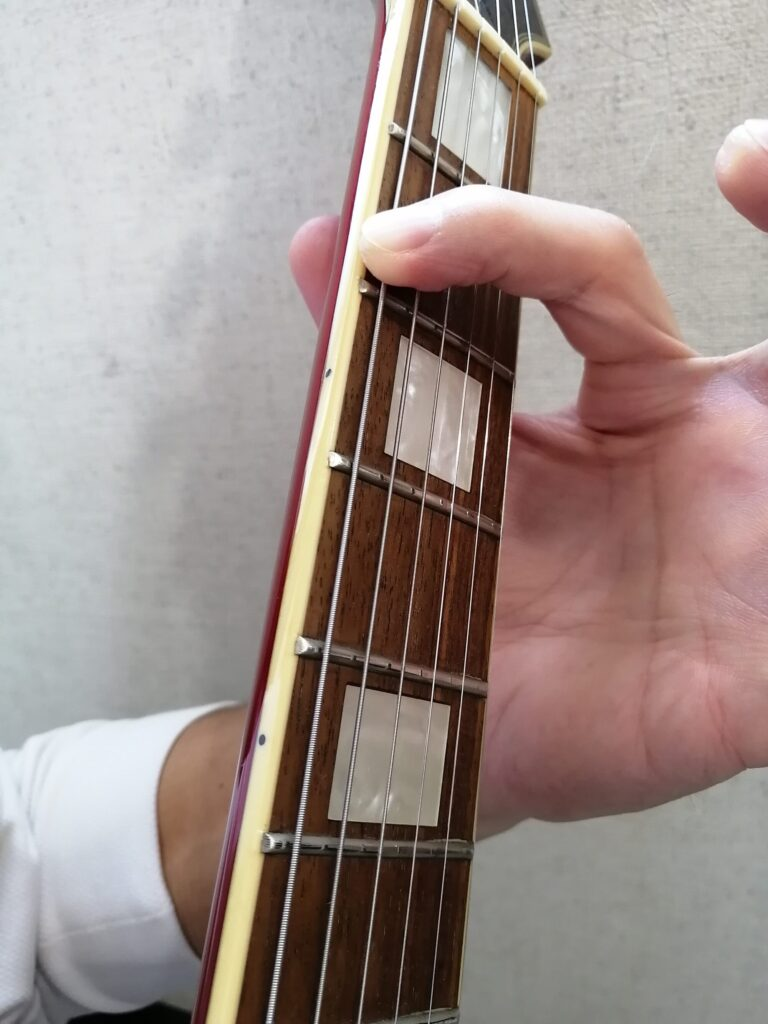 ギターのFコードを押さえるときの人差し指の指先