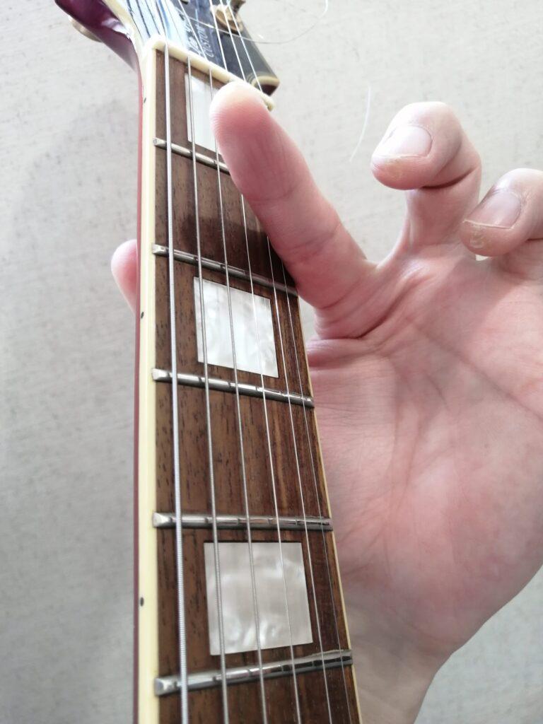 ギターのFコードを押さえている人差し指