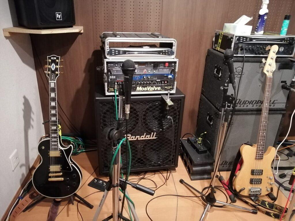 泉区南中山ギターレッスン会場にあるレスポールタイプのエレキギターとエレキベース