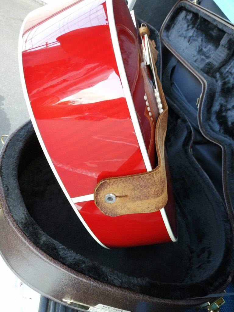 ギターのエンドピンにストラップがついている画像