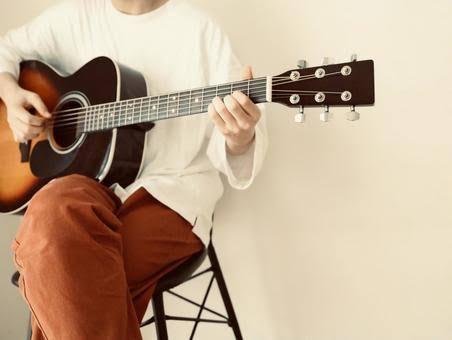アコースティックギターを構えている男性