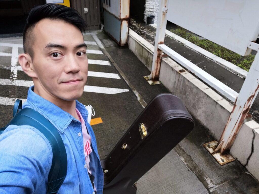 青葉区一番町の佐松にてギターレッスンを終えた後の講師佐々木